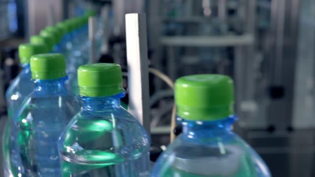 ペットボトルのキャップとの無限の工場ライン。 - 豊富点の映像素材/bロール