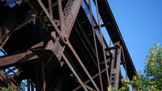 錆びた鋼鉄道の確立ショット陸橋します。 - 錆びている点の映像素材/bロール