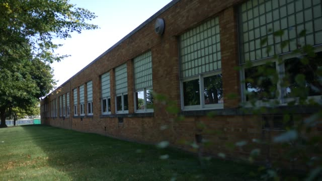An establishing shot of an old elementary school - dramatic angle V1 - vídeo