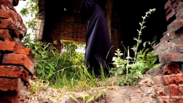 vídeos de stock e filmes b-roll de an evil monk in the hood - capuz