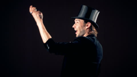 vidéos et rushes de un illusionniste montre un truc de magie avec une petite boule pétillante - chapeau