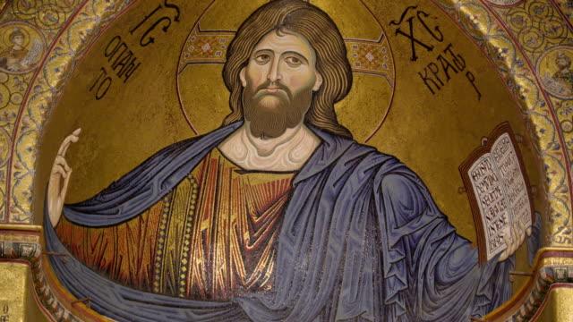 シチリア島パレルモの大聖堂のステンド グラスにキリスト像 - モンレアーレ点の映像素材/bロール