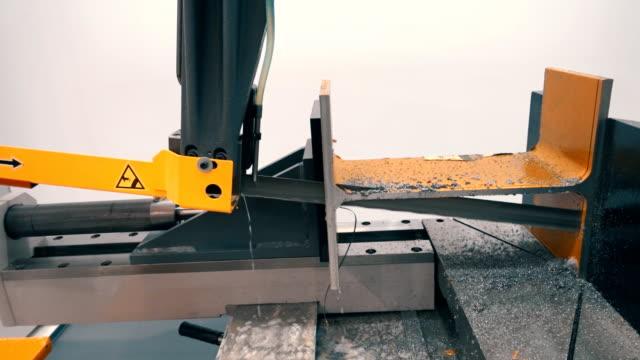 eine industriemaschine mit einer bandsäge schneidet präzise und qualitativ eine metall - bandsäge stock-videos und b-roll-filmmaterial