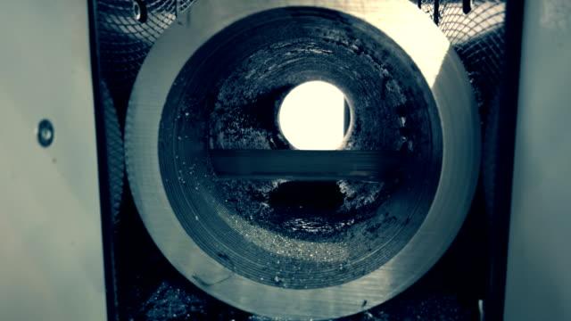 eine industriemaschine mit einer bandsäge schneidet präzise und qualitativ ein rohr - bandsäge stock-videos und b-roll-filmmaterial