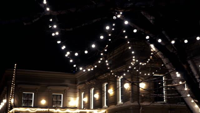 stockvideo's en b-roll-footage met een oud huis. het huis wordt verlicht door het licht - christmas cabin