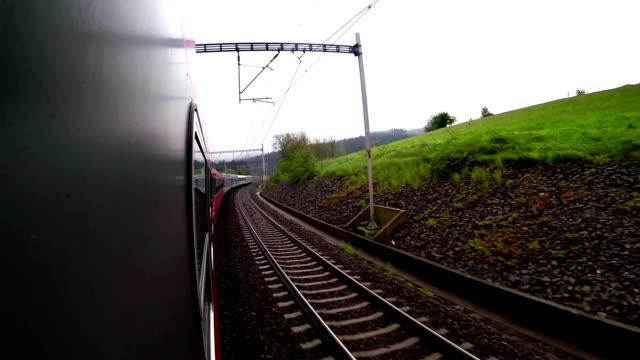 en ombord kamerabilder: landskap sveper längs som tåget fortsätter rida - karpaterna tåg bildbanksvideor och videomaterial från bakom kulisserna