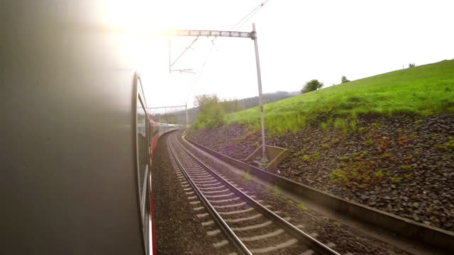 en ombord kamera skjuter förbi landskapet i slutet av eftermiddagen - karpaterna tåg bildbanksvideor och videomaterial från bakom kulisserna
