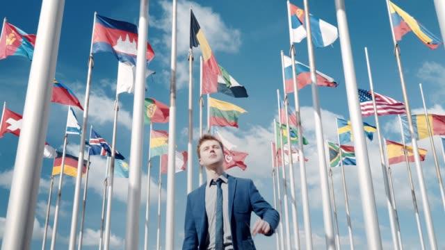 vidéos et rushes de un clip optimiste de l'unité de tous les pays, nations et un brillant avenir dans le contexte des drapeaux de tous les pays et le ciel clair et avion - communion