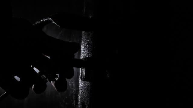 eine nicht wiederzuerkennende person öffnet ein schlüsselloch mit einem schlüssel und öffnet die tür - hausschlüssel stock-videos und b-roll-filmmaterial