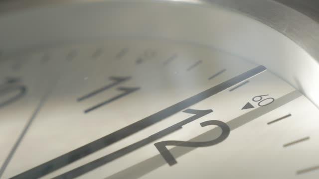 analoguhr zeitlupe nadeln filmfootage 1920 x 1080 nahaufnahme hd - zeit in zeitlupe nahaufnahme fullhd hd 1080p-video - langsam stock-videos und b-roll-filmmaterial