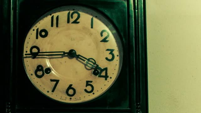 vídeos de stock e filmes b-roll de relógio analógico fiação - 20 24 anos