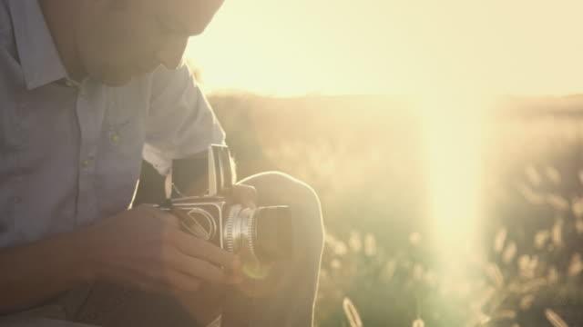 analogico fotografo in campo - analogico video stock e b–roll