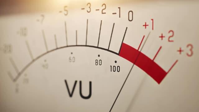 vídeos y material grabado en eventos de stock de medidor de vu analógico que mide el nivel de volumen del sonido - disco audio analógico