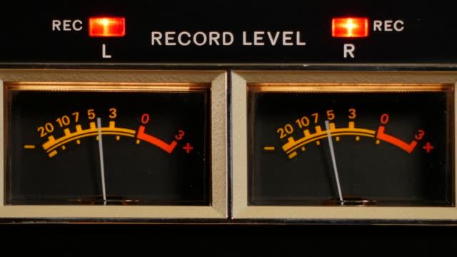 vídeos y material grabado en eventos de stock de vúmetro analógico de una máquina vintage grabadora durante la grabación - disco audio analógico