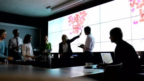 vídeos de stock, filmes e b-roll de análise de dados em dna fenotipagem - business