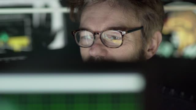 analysera vetenskap data - male eyes bildbanksvideor och videomaterial från bakom kulisserna