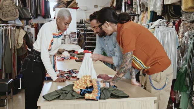 vídeos y material grabado en eventos de stock de análisis del textil en la oficina - moda preppy