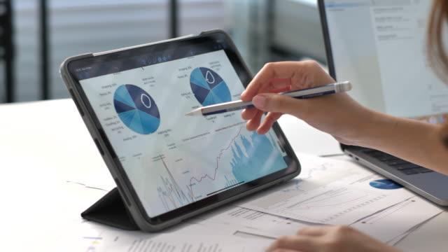 analysera affärsprojekt på digital surfplatta - accounting bildbanksvideor och videomaterial från bakom kulisserna