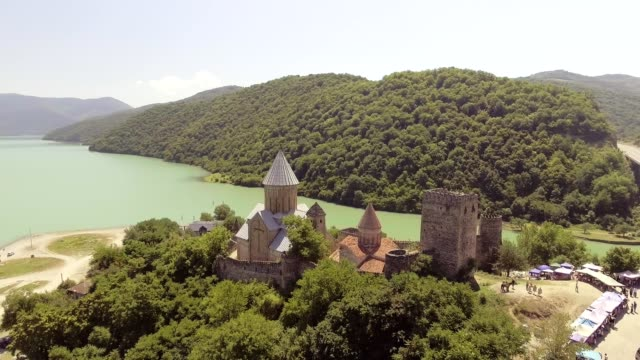 vidéos et rushes de château de ananuri avec l'église sur la rive du lac, géorgie. - forteresse