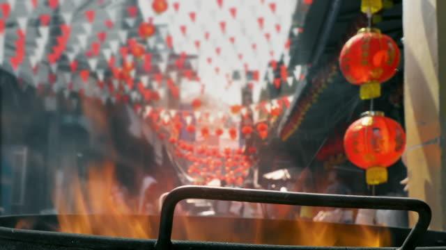vídeos y material grabado en eventos de stock de adoración de los antepasados en el año nuevo chino y la quema de papel joss - árboles genealógicos