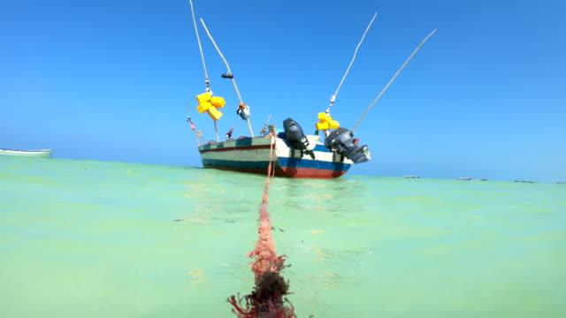 vídeos y material grabado en eventos de stock de barco de pesca anclado cerca de la isla tropical - anclado