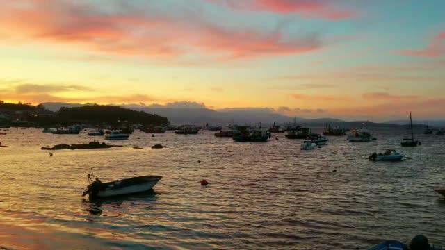 vídeos y material grabado en eventos de stock de barcos de pesca anclados en el crepúsculo - anclado