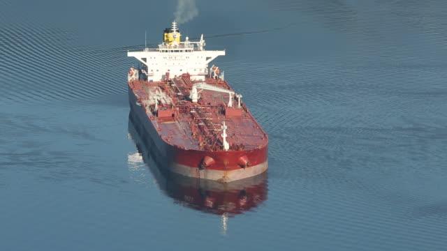 vídeos de stock, filmes e b-roll de ancorado petroleiro - navio tanque embarcação industrial