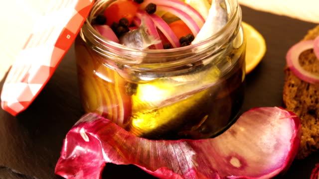 ansjovis i hem salt betning i marinad - marinad bildbanksvideor och videomaterial från bakom kulisserna