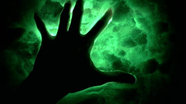vidéos et rushes de signes de l'ancient aliens. main noire dans la neige mal. - charmeur