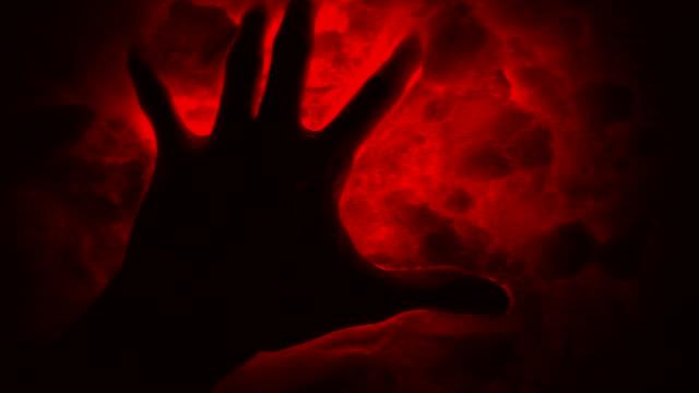 vidéos et rushes de signes de l'ancient aliens. main noire dans la neige mal rouge. - charmeur
