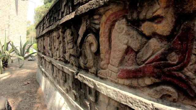 vídeos de stock, filmes e b-roll de antiga pedra asteca - relevo