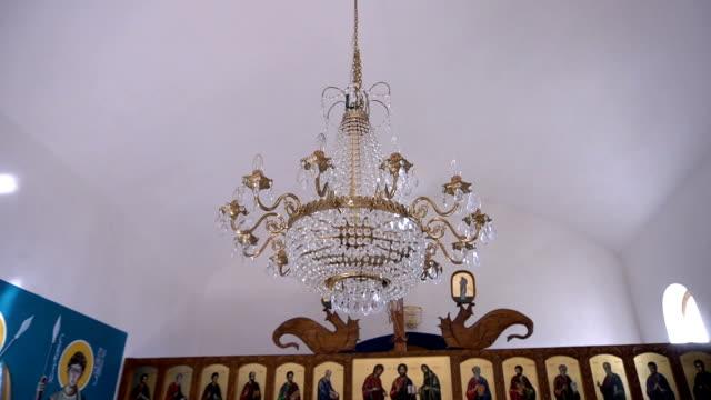 antico candelabro bronzato nella chiesa - candeliere video stock e b–roll