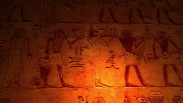 forntida egyptiska konstverk inne graven av pyramiderna upplysta av ljus alt - ljus på grav bildbanksvideor och videomaterial från bakom kulisserna
