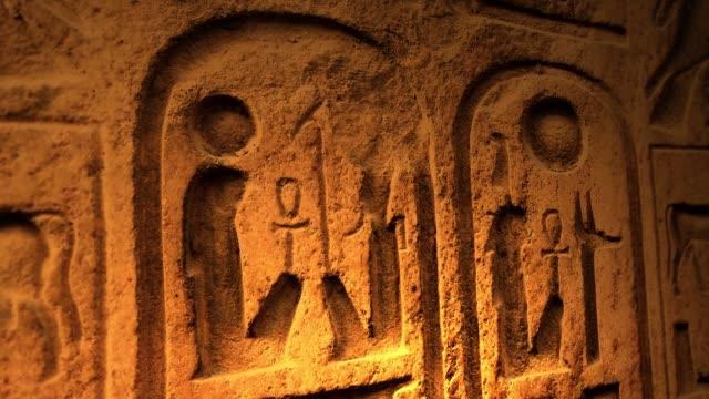forntida egyptisk symbol för tio budorden eller ett annat objekt av forntida ursprung upplysta av stearinljus - ljus på grav bildbanksvideor och videomaterial från bakom kulisserna