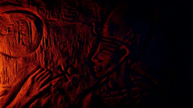 forntida egyptisk vägg carving i fire glow - ljus på grav bildbanksvideor och videomaterial från bakom kulisserna