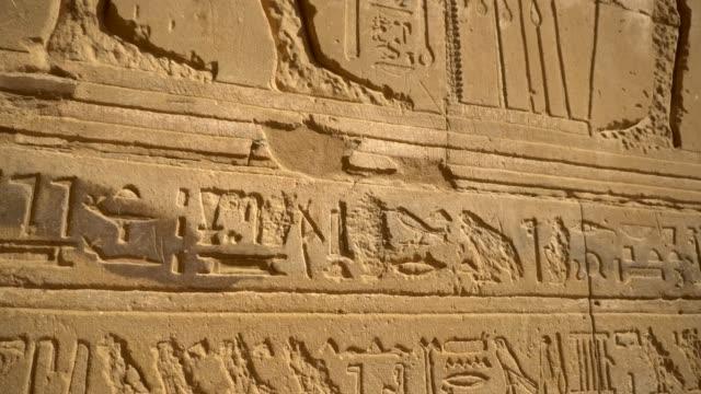 forntida hieroglyfer i edfu templet i luxor. egypten - egyptisk kultur bildbanksvideor och videomaterial från bakom kulisserna