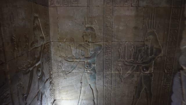 ancient hieroglyphics av edfu temple i luxor. egypten - egyptisk kultur bildbanksvideor och videomaterial från bakom kulisserna