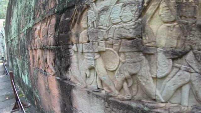 vídeos de stock, filmes e b-roll de baixo-relevo de khmer antigo no templo de bayon em angkor thom, siem reap, camboja - relevo