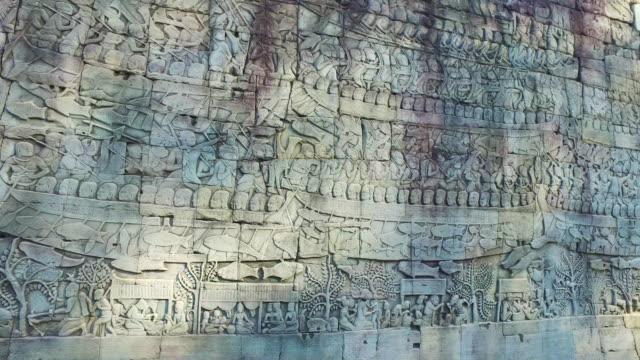 vídeos de stock, filmes e b-roll de baixo-relevo de khmer antigo no camboja - relevo