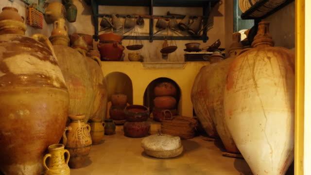 altes geschirr, ton gerichte, topf und amphoren hautnah - antique shop stock-videos und b-roll-filmmaterial