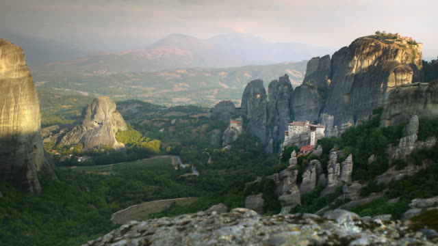 stockvideo's en b-roll-footage met oude kloosters van meteora landschap - klooster