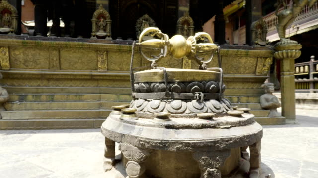 ネパールのカトマンズ、パタンのダルバール広場で古代の像。 - ネパール人点の映像素材/bロール