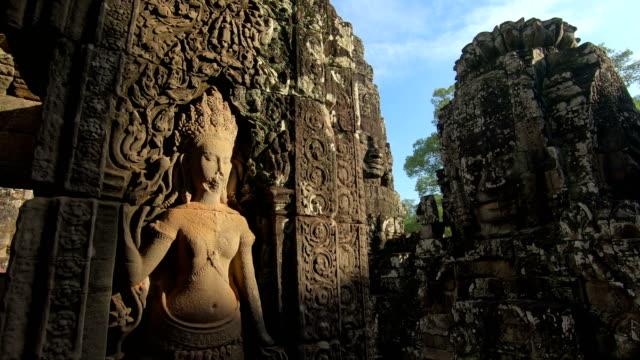 vídeos de stock, filmes e b-roll de pedra antiga enfrenta bayon templo, angkor wat, siam reap, camboja - civilização milenar