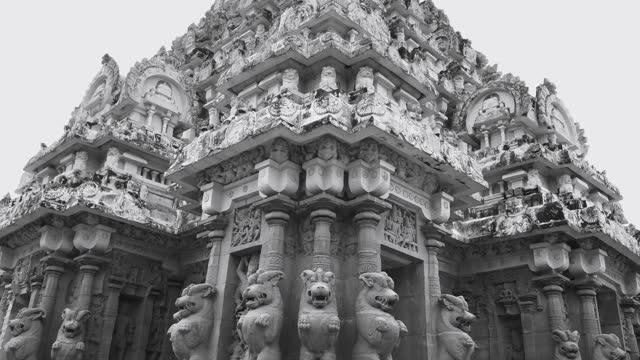 forntida tempeltornsutsikt med vackra historiska sandstensskulpturer i kanchi kailasanathar-templets murar i kanchipuram, tamilnadu, indien. - fornhistorisk tid bildbanksvideor och videomaterial från bakom kulisserna