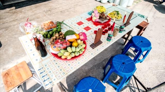 vídeos y material grabado en eventos de stock de festival chino tradicional antigua el qingming y el año nuevo chino con la comida y postre y bebida en mesa - árboles genealógicos