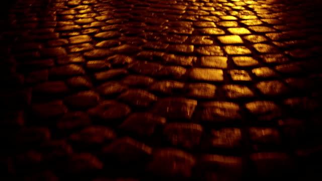 古代都市舗装クローズアップフル hd ステディカムナイトショット - 煉瓦点の映像素材/bロール