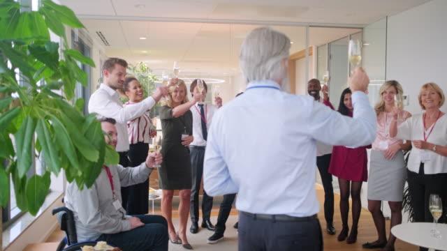 vídeos de stock, filmes e b-roll de ceo e associados brindando e conversando na festa - festas no escritório