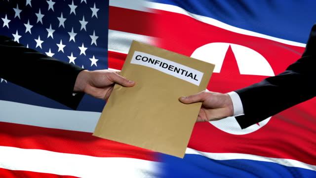 vídeos y material grabado en eventos de stock de funcionarios de ee.uu. y corea del norte intercambian sobre confidencial y antecedentes de banderas - norte