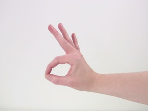 ntsc: przycisk ok i wskazując ręką życiowych - staw człowieka filmów i materiałów b-roll