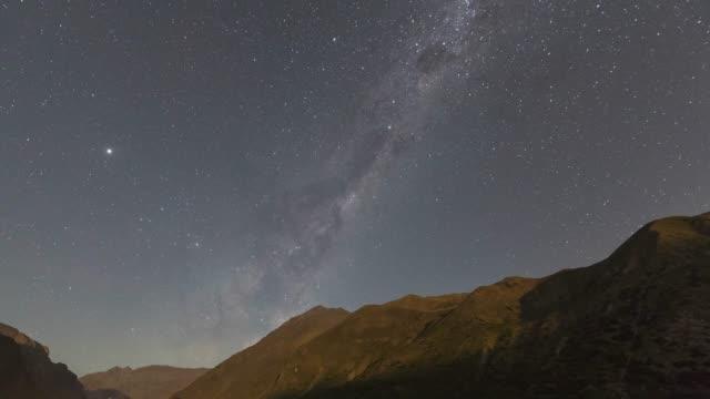 vídeos y material grabado en eventos de stock de paisaje nocturno de las montañas de los andes-el núcleo galáctico de la vía láctea, júpiter, saturno y marte subiendo sobre los valles de los andes mientras la luz lunar se pone. un increíble cielo nocturno escénico en un entorno natural - viaje a sudamérica